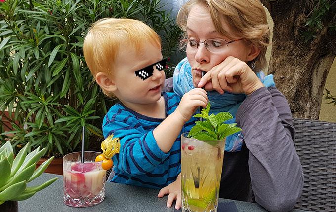 Mutter und Kind trinken Cocktail
