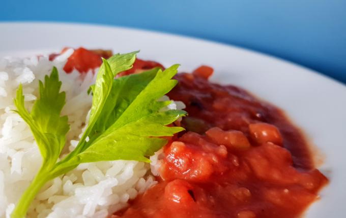 Reis mit Soße aus Bohnen, Tomaten und Sellerie
