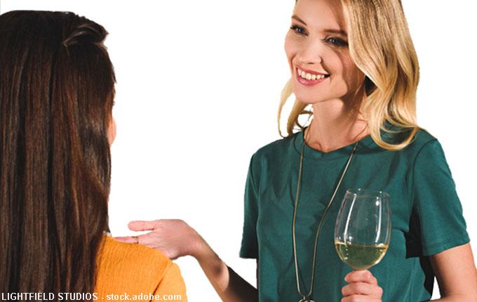 Frau redet freundlich und lächelt