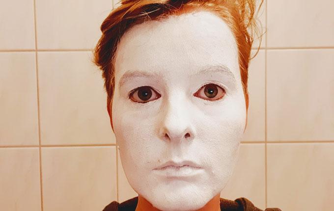 Gesicht weiß geschminkt