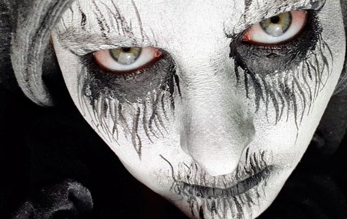 Halloween Make up schwarz weiß mit geröteten Augen